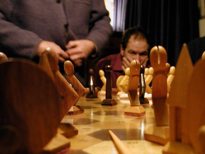 Leden van de Harmonicale Ellips spelen Metapontum aan de grote tafel onder leiding van Hans Theo Frenkel. www.metapontum.nl